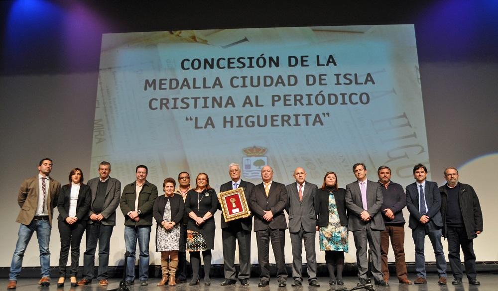 La Corporacion isleña junto al editor y propietario del Periodico