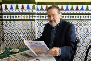 Vicente Toti con su Revista LaHuelva