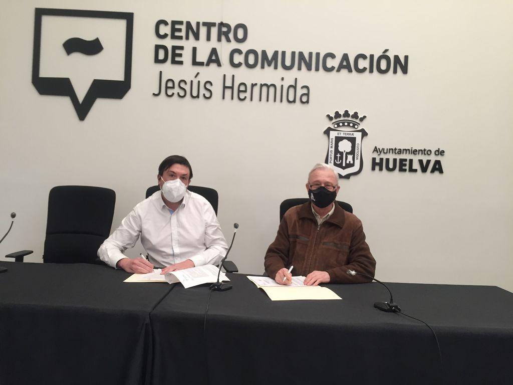 Juan F. Caballero, presidente actual de la APH y Rafael Pozo, presidente de Tau, en la firma de un convenio reciente entre ambas entidades.